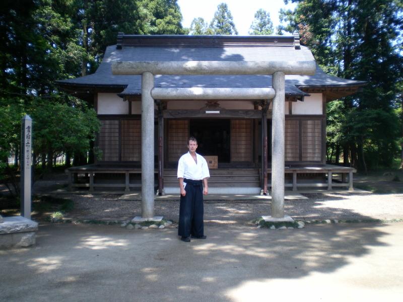 Thomas Podzelny vor dem Aikido-Schrein in Iwama/Japan (Juni 2010)