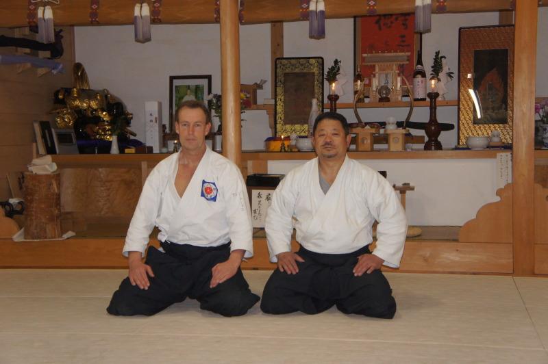 Thomas Podzelny mit seinem Meister Hitohira Saito in dessen Dojo in Iwama/Japan (April 2012)