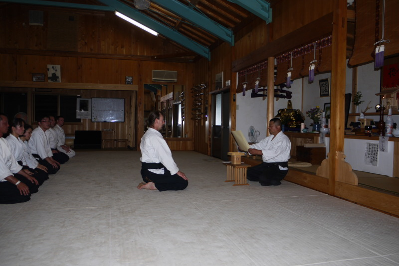 Thomas Podzelny erhält die Urkunde zum 4.Dan Aikido von seinem Meister Hitohira Saito in dessen Dojo in Iwama/Japan (Juni 2010)